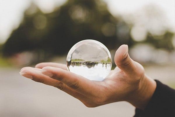bulle transparente dans main